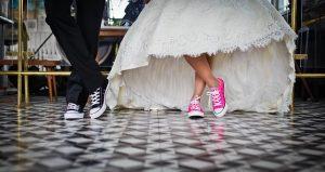 zdjęcie pary ślubnej w trampkach